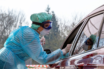 Krankenschwester an einem Coronavirus-Test Drive-In