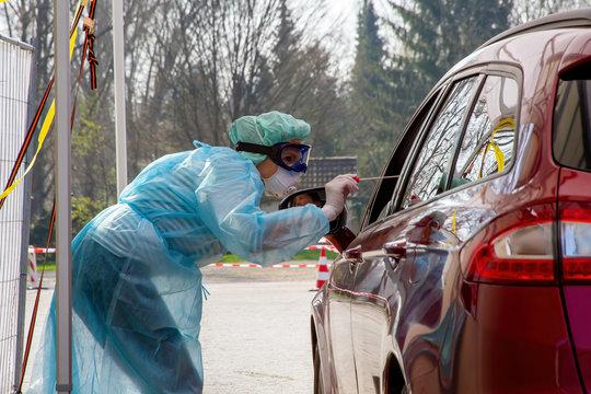 Krankenschwester nimmt einen Abstrich für einen Coronavirus-Test