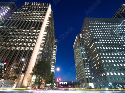 Fototapete 夕暮れのオフィスビル街