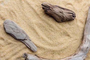 Fototapeta Drewno na piasku. Letnie tło. Płaski leżał, widok z góry.
