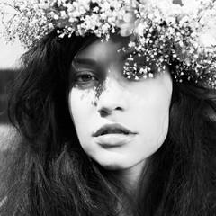 Papiers peints womenART Beautiful girl wearing a wreath of wildflowers
