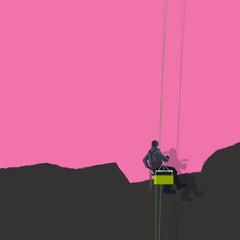 Voir la vie en rose ou le concept de l'optimisme avec un homme qui recouvre un mur noir par de la peinture rose.
