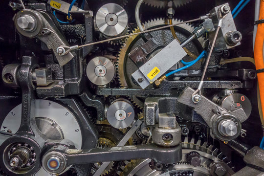 印刷機の駆動歯車群。精密機械、メカニカルイメージ