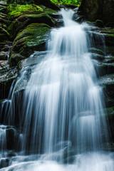 Wodospad i jego strugi wody.