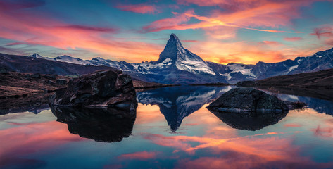 Papiers peints Aubergine Panoramic morning view of Stellisee lake with Matterhorn (Cervino) peak on background. Astonishing autumn scene of Swiss Alps, Zermatt resort location, Switzerland, Europe.