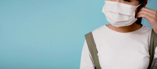 Woman putting on mask. Infection prevention, virus measures, etc. マスクをつける女性 感染予防、ウイルス対策など Fotobehang