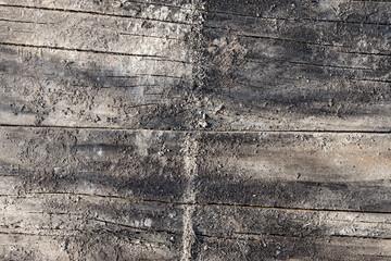 Verwitterter Bauholz-Latten-Hintergrund mit Spuren von Quarzsand und Zement