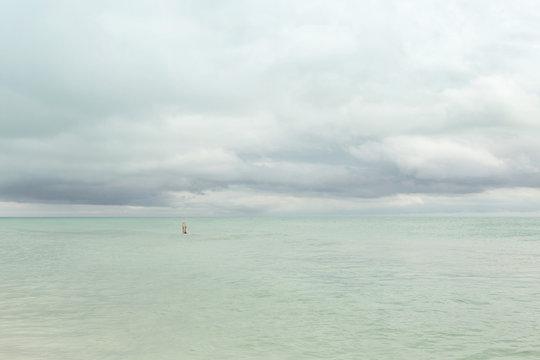 Handstand im Meer, alleine schwimmen