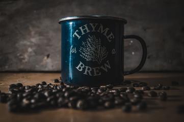 Taza de Café, granos de café, taza aluminio.