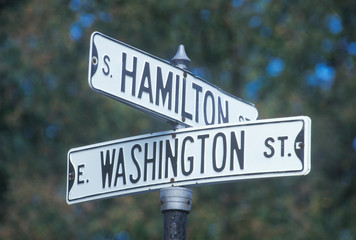 Fototapete - A sign that reads ÒWashington/HamiltonÓ
