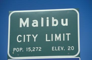 Fototapete - A sign that reads ÒMalibu city limitÓ