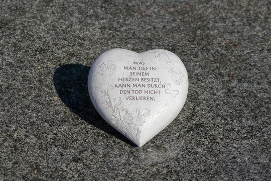 Herzförmiger Stein auf Grabmal, mittig