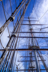 Foto auf Gartenposter Schiff Old ship mast and sail ropes closeup