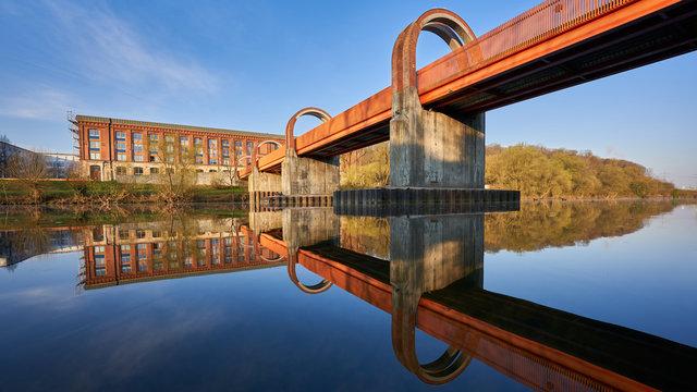 Schöne Brücke spiegelt sich im kalten Neckar wasser bei Plochingen