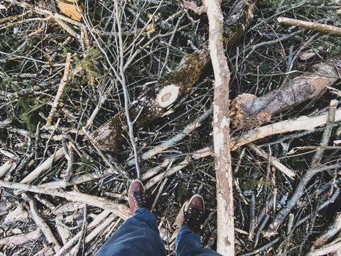 Füsse auf Waldboden