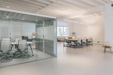 Empty White Open-Plan Office Fotobehang