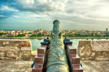 Papiers peints La Havane Old cannon of the morro castle pointing to havana