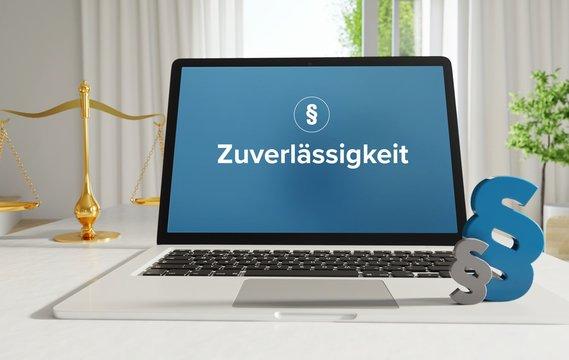 Zuverlässigkeit – Recht, Gesetz, Internet. Laptop im Büro mit Begriff auf dem Monitor. Paragraf und Waage.