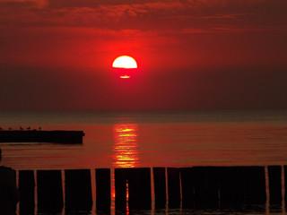 Photo sur Aluminium Rouge mauve zachód czerwonego słońca