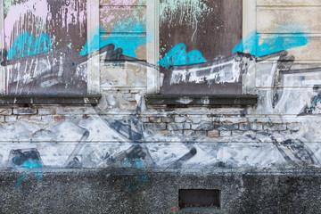 Deurstickers Verbarrikadierte Fenster, vollgeschmiert mit Graffiti