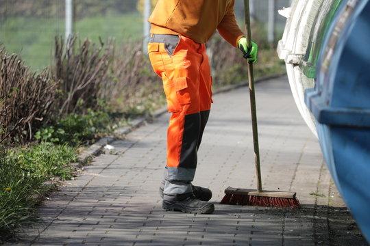 städtischer mitarbeiter beim kehren