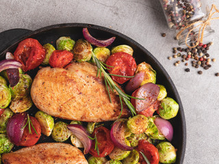 Fototapete - roasted chicken fillet with vegetables, brussels sprouts, onions, tomato close up