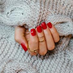 Fototapeta Kobieca ręka z pomalowanymi na czerwono paznokciami obraz