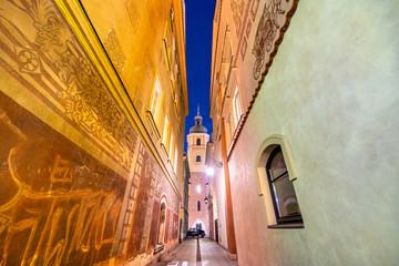 Deurstickers Oost Europa A night view of the historical houses in Warsaw Old Town. Near the Old Market Square, Castle Square, Royal Castle, Taras Widokowy tower, Column of King Sigismund. Christmas decorations. Warsaw, Poland