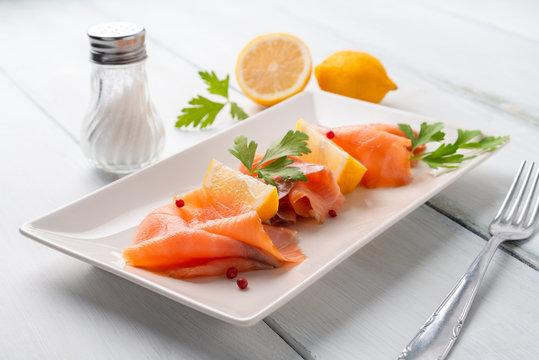 Vassoio con fette di salmone affumicato e limone fresco