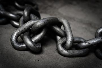 Fototapeta Gruby metalowy łańcuch leżący na betonowej podłodze obraz