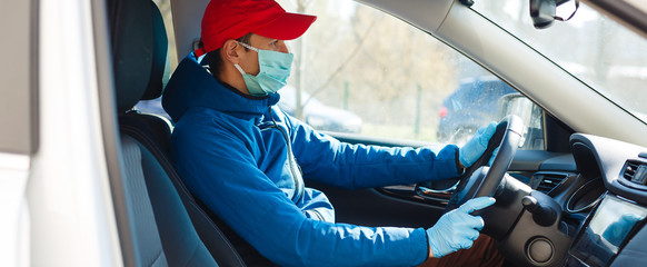 Delivery man holding paper bag with food near the car, food delivery man in protective mask Papier Peint
