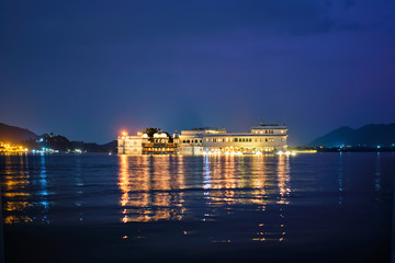 Fotomurales - Romantic luxury India travel tourism - Lake Palace (Jag Niwas) complex on Lake Pichola in twilight, Udaipur, Rajasthan, India