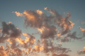 chmury o zachodzie slońca