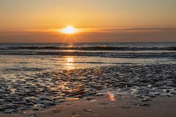 Zachód słońca na plaży w Callantsoog, Holandia Północna