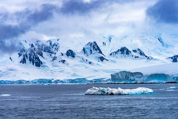 Photo sur Aluminium Iceberg Snow Mountains Blue Glaciers Dorian Bay Antarctica