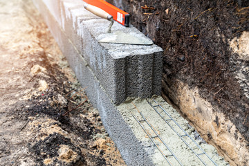 retaining wall construction from expanded clay blocks