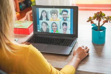 Young woman having a video call with multiracial friends during isolation quarantine - Group of young people having fun chatting online - Technology and friendship concept - Focus on right hand Papier Peint