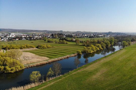 Luftaufnahme vom Lahnradweg im Frühling