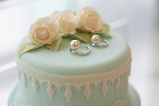 Cake-shaped ring pillow and wedding ring
