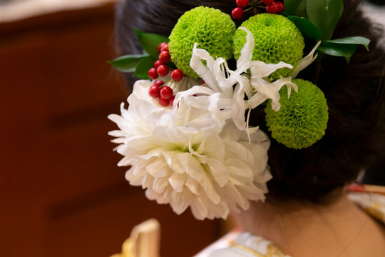 Temari grass hair ornament for a woman in front of a wedding