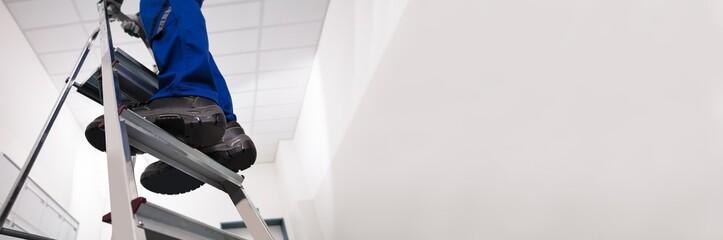 Man Standing On Ladder Fotobehang