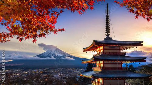 Wall mural Beautiful landmark of Fuji mountain and Chureito Pagoda in autumn, Japan.