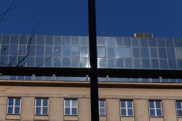 Vitres et bâtiment reflétés par le soleil