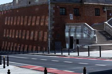 Rue et reflets de fenêtre sur une paroi en pierre