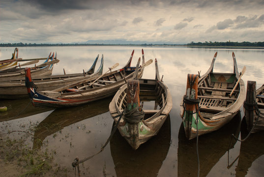 łodzie na jeziorze Taughman niedaleko Amarapura w Birmie