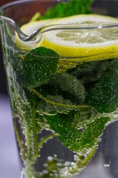 Mojito-koktajl alkoholowy, pochodzenia kubańskiego na bazie białego rumu o orzeźwiającym słodko-kwaśno-miętowym smaku.