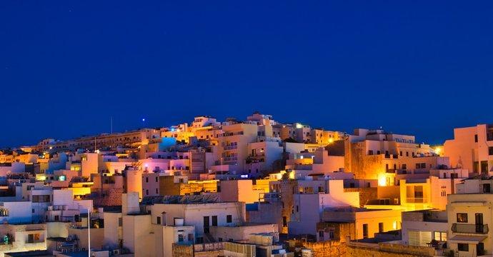 Über den nächtlichen Dächern auf Malta