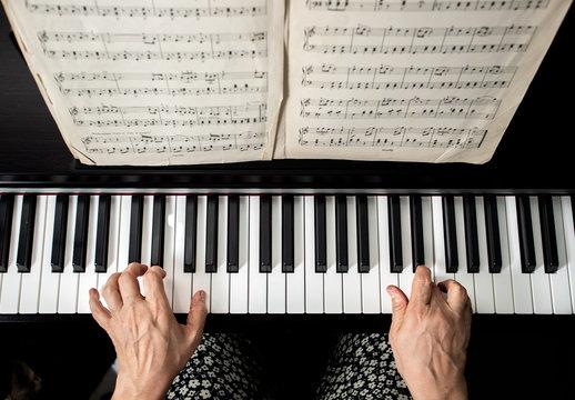 Mujer tocando piano, abuela tocando piano. Músico, artista.