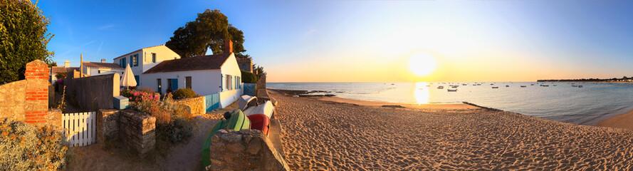 Plage sur l'île de Noirmoutier en France au levé du soleil. Wall mural