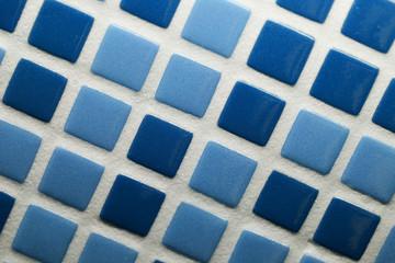 Mosaico di ceramica a quadrati turchesi e azzurri, per rivestimenti i muri di cucine e bagni